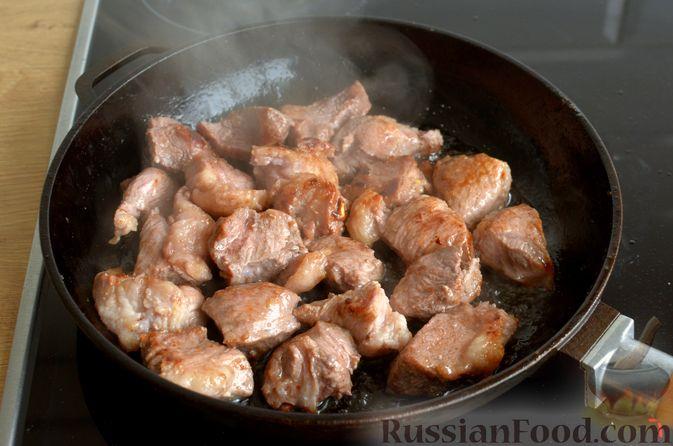 Фото приготовления рецепта: Свинина, тушенная с гранатом и вином (в духовке) - шаг №7