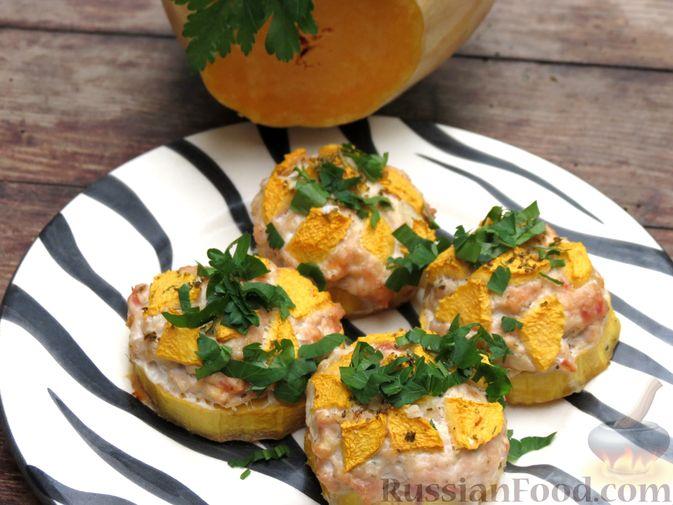 Фото приготовления рецепта: Запечённая тыква с куриным фаршем и помидорами - шаг №10