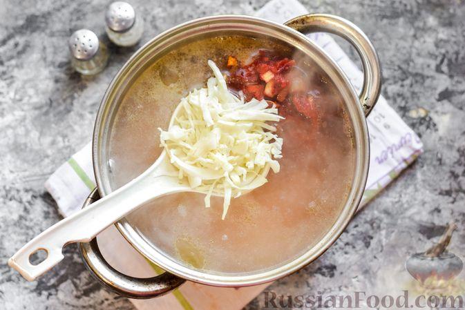 Фото приготовления рецепта: Борщ с белокочанной, цветной и пекинской капустой - шаг №11