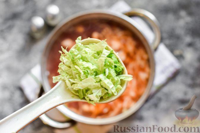 Фото приготовления рецепта: Борщ с белокочанной, цветной и пекинской капустой - шаг №13