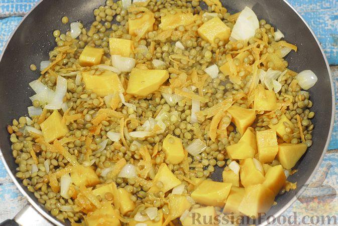 Фото приготовления рецепта: Свинина, запечённая с чечевицей и тыквой - шаг №13