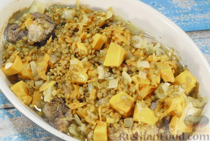 Фото приготовления рецепта: Свинина, запечённая с чечевицей и тыквой - шаг №15