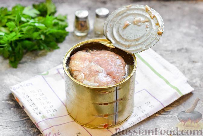 Фото приготовления рецепта: Щи с тушенкой и шампиньонами - шаг №5