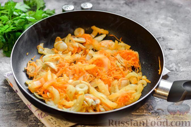 Фото приготовления рецепта: Слойки-конвертики с чечевицей, морковью и курагой - шаг №22