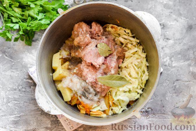 Фото приготовления рецепта: Щи с тушенкой и шампиньонами - шаг №8