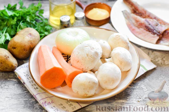 """Фото приготовления рецепта: Салат """"Селедка под шубой"""" с грибами и морковью - шаг №1"""