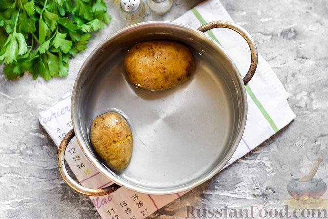 """Фото приготовления рецепта: Салат """"Селедка под шубой"""" с грибами и морковью - шаг №2"""