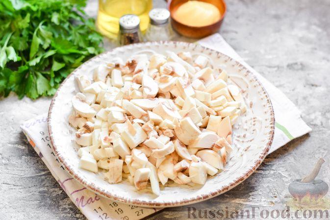 """Фото приготовления рецепта: Салат """"Селедка под шубой"""" с грибами и морковью - шаг №4"""