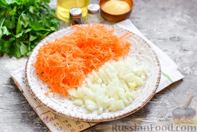 """Фото приготовления рецепта: Салат """"Селедка под шубой"""" с грибами и морковью - шаг №6"""
