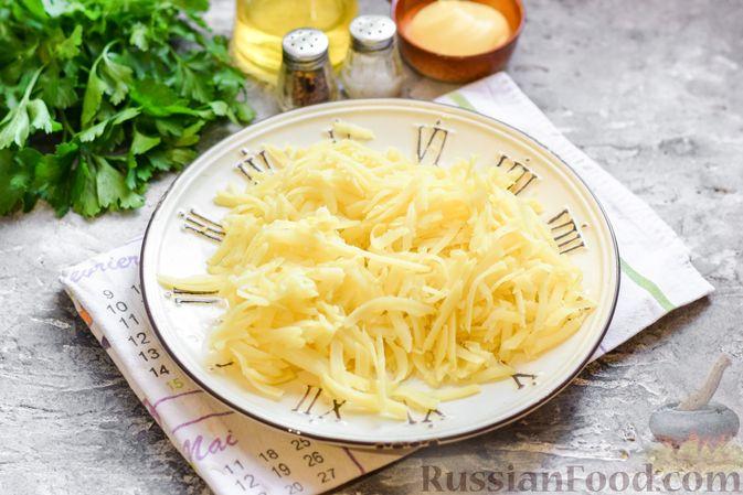 """Фото приготовления рецепта: Салат """"Селедка под шубой"""" с грибами и морковью - шаг №3"""