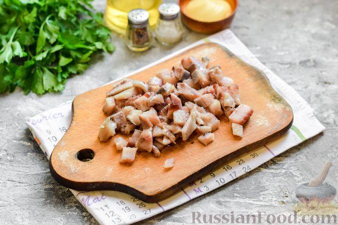 """Фото приготовления рецепта: Салат """"Селедка под шубой"""" с грибами и морковью - шаг №8"""