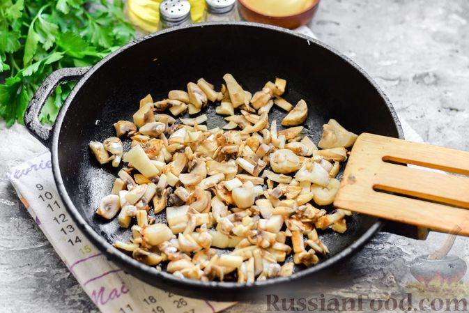 """Фото приготовления рецепта: Салат """"Селедка под шубой"""" с грибами и морковью - шаг №5"""