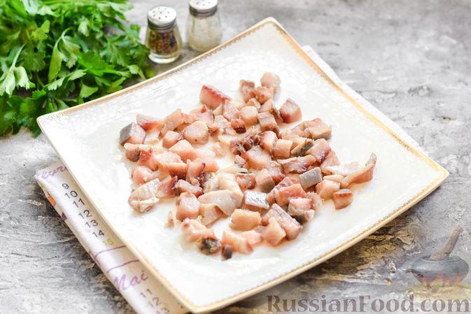 """Фото приготовления рецепта: Салат """"Селедка под шубой"""" с грибами и морковью - шаг №9"""