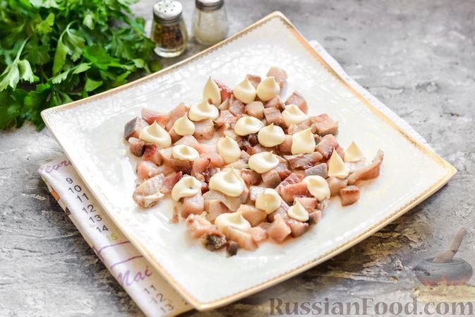 """Фото приготовления рецепта: Салат """"Селедка под шубой"""" с грибами и морковью - шаг №10"""