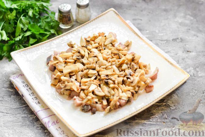 """Фото приготовления рецепта: Салат """"Селедка под шубой"""" с грибами и морковью - шаг №11"""