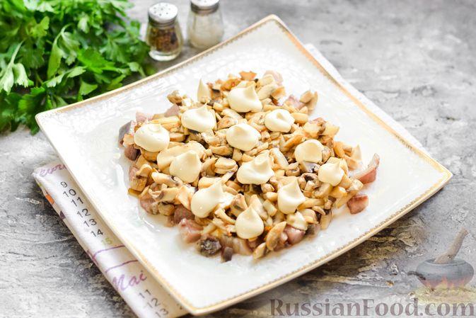 """Фото приготовления рецепта: Салат """"Селедка под шубой"""" с грибами и морковью - шаг №12"""