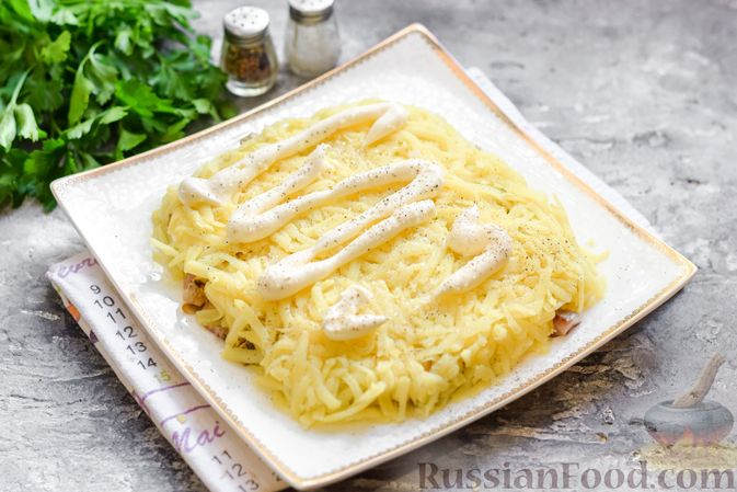 """Фото приготовления рецепта: Салат """"Селедка под шубой"""" с грибами и морковью - шаг №14"""