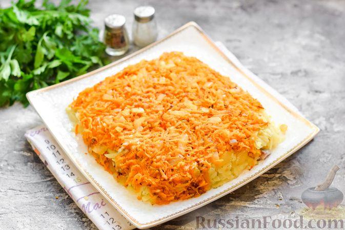 """Фото приготовления рецепта: Салат """"Селедка под шубой"""" с грибами и морковью - шаг №15"""