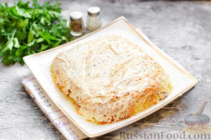 """Фото приготовления рецепта: Салат """"Селедка под шубой"""" с грибами и морковью - шаг №16"""