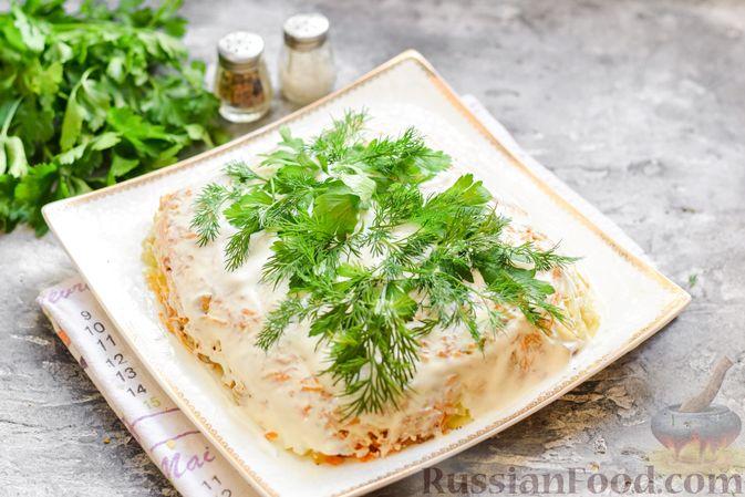 """Фото приготовления рецепта: Салат """"Селедка под шубой"""" с грибами и морковью - шаг №17"""