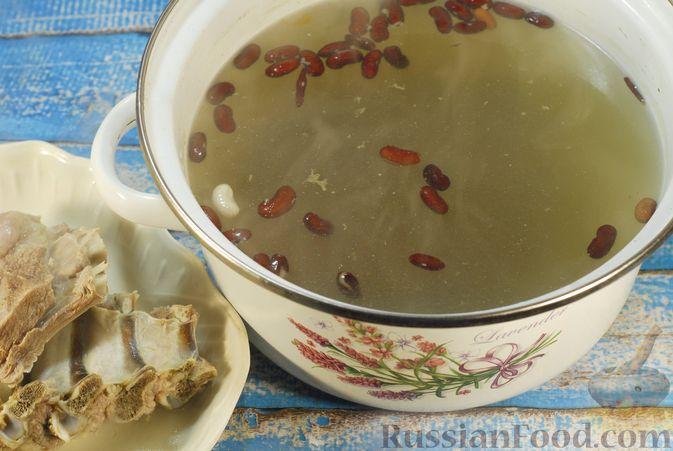 Фото приготовления рецепта: Суп с шампиньонами и фасолью на говяжьем бульоне - шаг №4