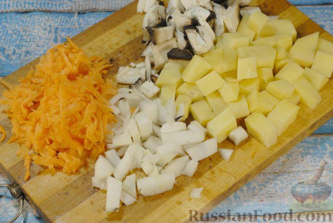 Фото приготовления рецепта: Суп с шампиньонами и фасолью на говяжьем бульоне - шаг №5