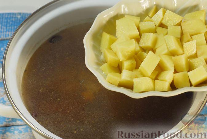 Фото приготовления рецепта: Суп с шампиньонами и фасолью на говяжьем бульоне - шаг №6