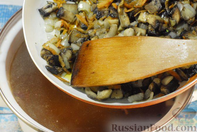 Фото приготовления рецепта: Суп с шампиньонами и фасолью на говяжьем бульоне - шаг №9