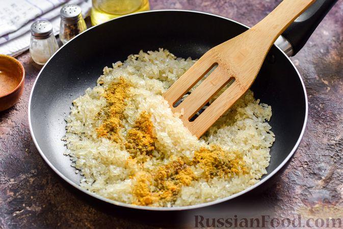 Фото приготовления рецепта: Рисовая каша на воде, с куркумой, карри и сушёными травами - шаг №3