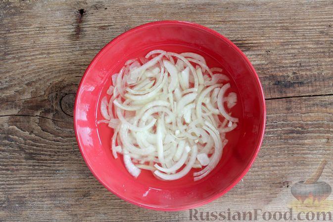 Фото приготовления рецепта: Слоёный салат с ветчиной, сыром, морковью и яблоками - шаг №4