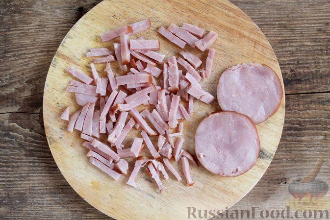 Фото приготовления рецепта: Слоёный салат с ветчиной, сыром, морковью и яблоками - шаг №5