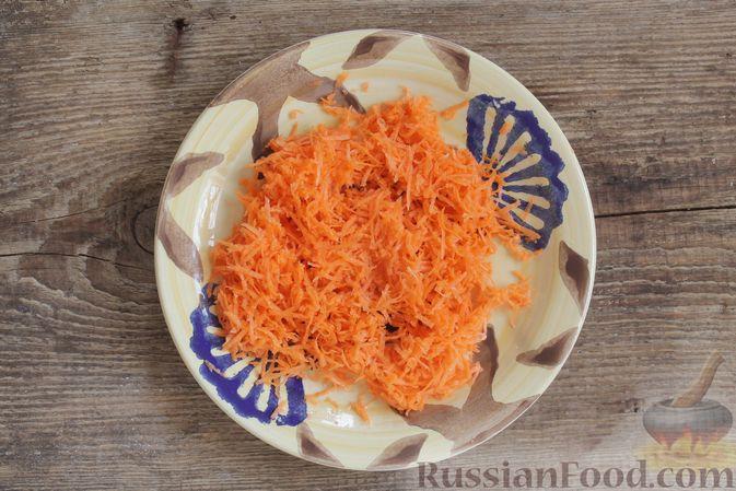 Фото приготовления рецепта: Слоёный салат с ветчиной, сыром, морковью и яблоками - шаг №7