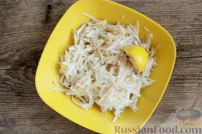Фото приготовления рецепта: Слоёный салат с ветчиной, сыром, морковью и яблоками - шаг №8