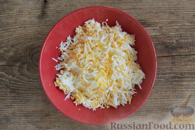 Фото приготовления рецепта: Слоёный салат с ветчиной, сыром, морковью и яблоками - шаг №9