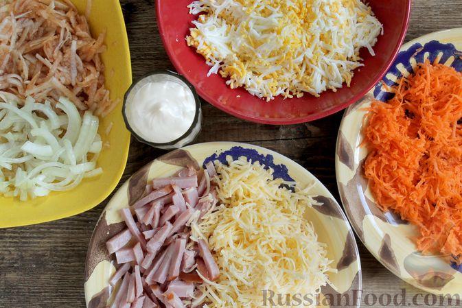 Фото приготовления рецепта: Слоёный салат с ветчиной, сыром, морковью и яблоками - шаг №10
