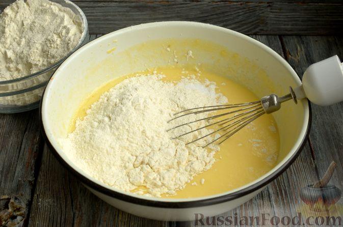 Фото приготовления рецепта: Маффины на молоке, с ягодами - шаг №5