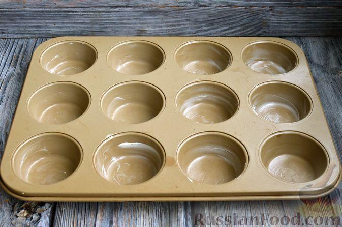 Фото приготовления рецепта: Маффины на молоке, с ягодами - шаг №9