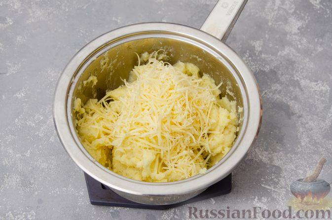 """Фото приготовления рецепта: """"Гнёзда"""" из картофельного пюре с мясным фаршем и сыром - шаг №6"""