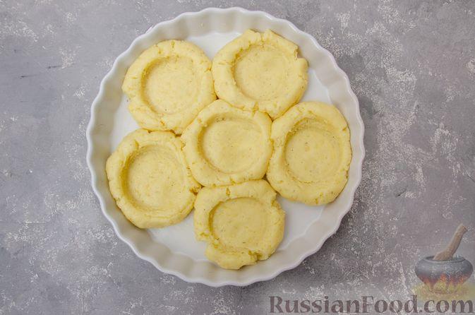 """Фото приготовления рецепта: """"Гнёзда"""" из картофельного пюре с мясным фаршем и сыром - шаг №10"""