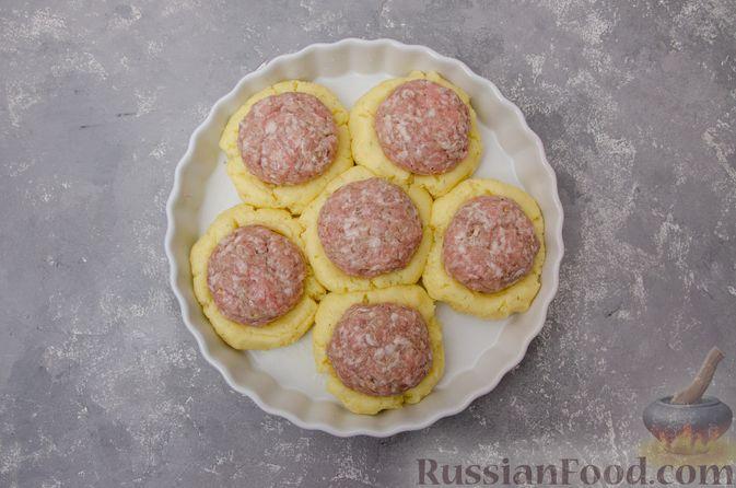 """Фото приготовления рецепта: """"Гнёзда"""" из картофельного пюре с мясным фаршем и сыром - шаг №11"""