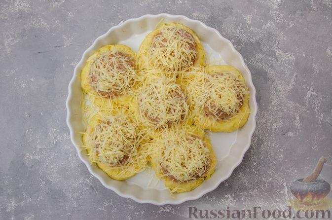 """Фото приготовления рецепта: """"Гнёзда"""" из картофельного пюре с мясным фаршем и сыром - шаг №13"""