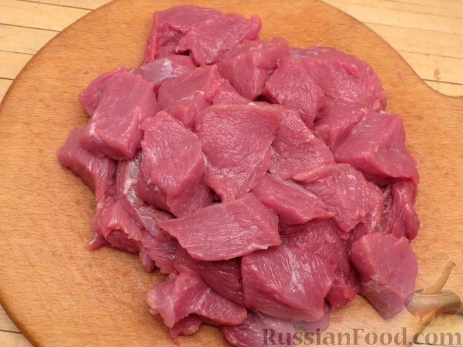 Фото приготовления рецепта: Говядина, тушенная с нутом, копчёной грудинкой и томатной пастой - шаг №6