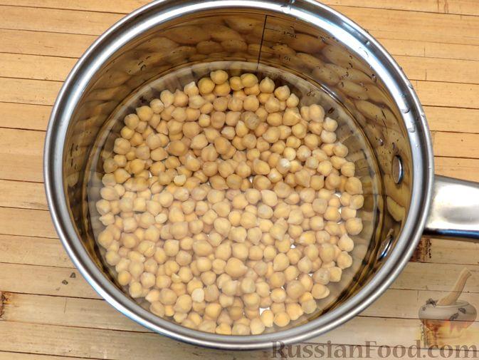 Фото приготовления рецепта: Говядина, тушенная с нутом, копчёной грудинкой и томатной пастой - шаг №4