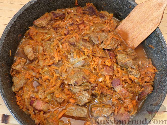 Фото приготовления рецепта: Говядина, тушенная с нутом, копчёной грудинкой и томатной пастой - шаг №14
