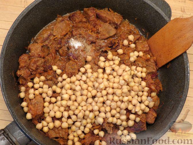 Фото приготовления рецепта: Говядина, тушенная с нутом, копчёной грудинкой и томатной пастой - шаг №15