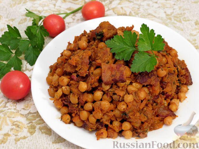 Фото приготовления рецепта: Говядина, тушенная с нутом, копчёной грудинкой и томатной пастой - шаг №18