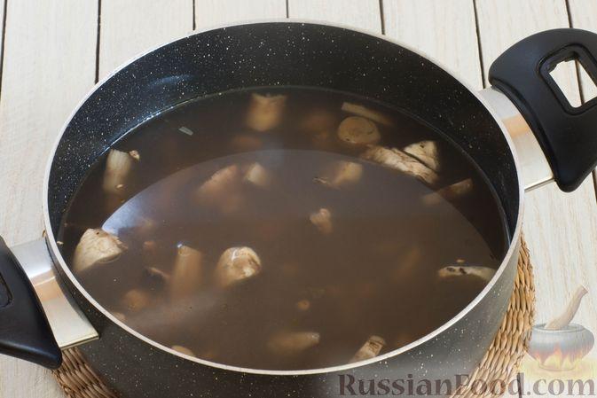 Фото приготовления рецепта: Грибной суп с перловой крупой - шаг №7