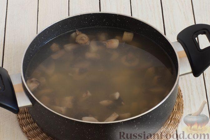 Фото приготовления рецепта: Грибной суп с перловой крупой - шаг №9