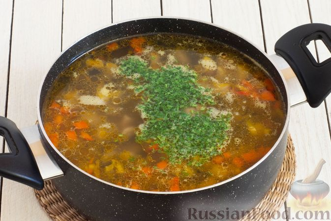 Фото приготовления рецепта: Грибной суп с перловой крупой - шаг №10