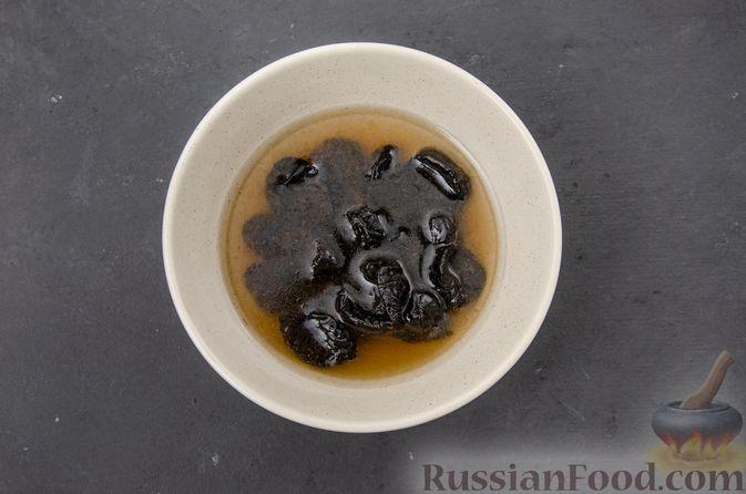 Фото приготовления рецепта: Куриное филе, тушенное с черносливом и томатной пастой - шаг №2